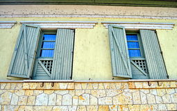 Grande grande fenêtre avec des volets Images stock