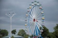 Grande grande roue par temps nuageux Photo stock