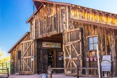 Grande grange dans le désert de l'Arizona Photographie stock libre de droits