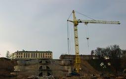 Grande gru di costruzione gialla sul fondo della costruzione Fotografie Stock Libere da Diritti