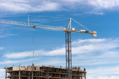 Grande grue dans un chantier de construction Photos stock