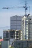 Grande grue près du bâtiment à plusiers étages Photo libre de droits