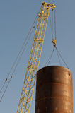 Grande grue sur le chantier de construction Photos libres de droits