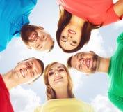 Grande grupo de amigos de sorriso que ficam junto e que olham c Foto de Stock
