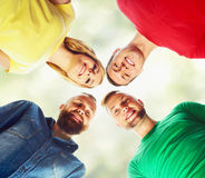 Grande grupo de amigos de sorriso que ficam junto e que olham c Foto de Stock Royalty Free