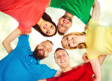 Grande grupo de amigos de sorriso que ficam junto e que olham c Fotografia de Stock Royalty Free