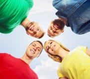 Grande grupo de amigos de sorriso que ficam junto e que olham c Fotos de Stock Royalty Free