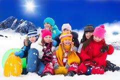 Grande grupo de crianças no dia de inverno Fotografia de Stock Royalty Free