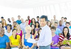 Grande grupo de estudantes em Convention Center Foto de Stock Royalty Free