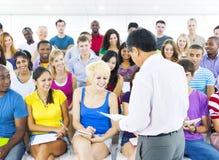 Grande grupo de estudantes na sala de leitura Foto de Stock Royalty Free