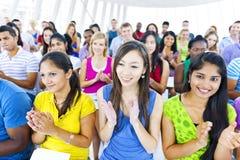 Grande grupo de estudantes que applausing Foto de Stock