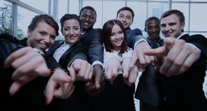 Grande grupo de executivos multi-étnicos que apontam seu dedo Imagens de Stock Royalty Free