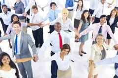 Grande grupo de executivos que guardam as mãos Imagens de Stock Royalty Free