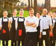 Grande grupo de garçons e de empregadas de mesa Foto de Stock Royalty Free