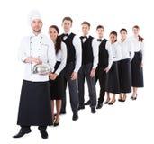 Grande grupo de garçons e de empregadas de mesa que estão na fileira fotografia de stock royalty free
