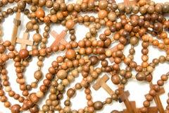 Grande grupo de grânulos de madeira do rosário Foto de Stock