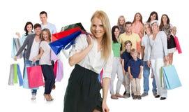 Grande grupo de pessoas com sacos de compras Imagens de Stock