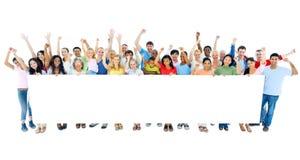 Grande grupo de pessoas que guarda o cartaz foto de stock