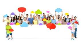 Grande grupo de povos diversos que guardam a bolha do cartaz e do discurso Fotos de Stock Royalty Free