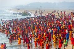 Grande grupo de povos hindu na roupa vermelha Foto de Stock