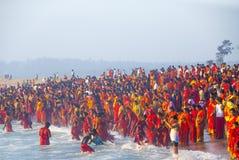 Grande grupo de povos hindu na roupa vermelha Fotografia de Stock Royalty Free