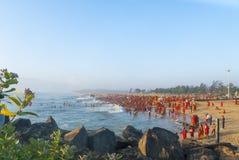 Grande grupo de povos hindu na roupa vermelha Imagens de Stock