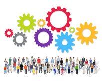 Grande grupo de povos multi-étnicos com símbolo dos trabalhos de equipa Imagens de Stock Royalty Free