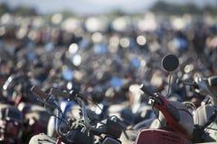 Grande grupo de velomotor e de 'trotinette's no estacionamento da polícia Foto de Stock