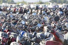 Grande grupo de velomotor e de 'trotinette's no estacionamento da polícia Fotografia de Stock Royalty Free