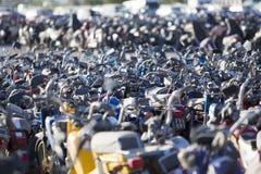 Grande grupo de velomotor e de 'trotinette's no estacionamento da polícia Fotos de Stock