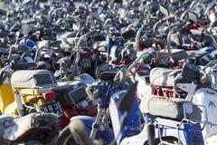 Grande grupo de velomotor e de 'trotinette's no estacionamento da polícia Imagens de Stock Royalty Free