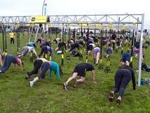 Grande gruppo che fa le esercitazioni di forma fisica Immagini Stock Libere da Diritti