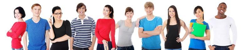 Grande gruppo di amici sorridenti che restano insieme. fotografia stock libera da diritti