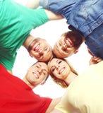Grande gruppo di amici sorridenti che restano insieme Immagine Stock Libera da Diritti