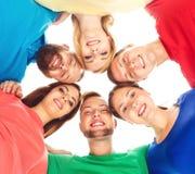 Grande gruppo di amici sorridenti che restano insieme Fotografia Stock