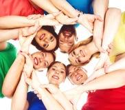 Grande gruppo di amici sorridenti che restano insieme Fotografia Stock Libera da Diritti
