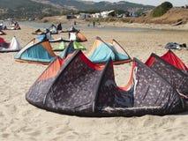 Grande gruppo di aquiloni alla spiaggia di Tarifa Fotografia Stock Libera da Diritti