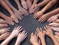 Grande gruppo di Children& x27; mani di s fotografie stock libere da diritti