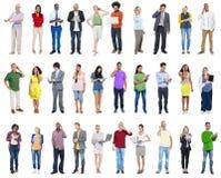 Grande gruppo di diversa gente che per mezzo dei dispositivi di Digital Immagine Stock