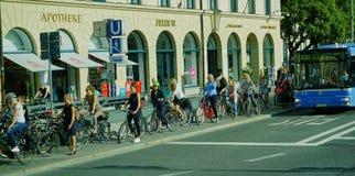 Grande gruppo di donne di affari sulle biciclette - Monaco di Baviera Germania immagini stock libere da diritti