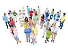 Grande gruppo di gente del mondo che gode della nuova tecnologia Immagini Stock Libere da Diritti