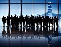 Grande gruppo di gente di affari riunita nell'ufficio Immagini Stock