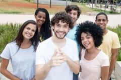 Grande gruppo di giovani e di donne internazionali da ogni parte della t Immagine Stock Libera da Diritti