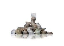 Grande gruppo di mucchi curvi delle monete con la pecora vecchia norvegese sulla cima Fotografie Stock