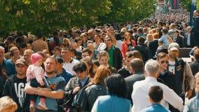 Grande gruppo di persone che camminano alla città video d archivio
