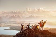 Grande gruppo di persone la cima della montagna di successo fotografia stock libera da diritti