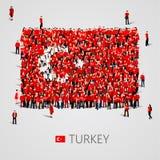 Grande gruppo di persone sotto forma della bandiera del turco La Repubblica Turca Fotografia Stock