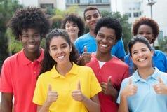 Grande gruppo di riuscito gruppo internazionale di giovane sho degli adulti Immagini Stock