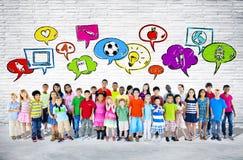 Grande gruppo di stare dei bambini Fotografia Stock Libera da Diritti