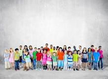 Grande gruppo di studente Standing fotografie stock libere da diritti